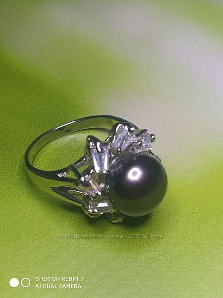 Нежное кольцо с черным жемчугом и стразами, р.18, арт.0105009