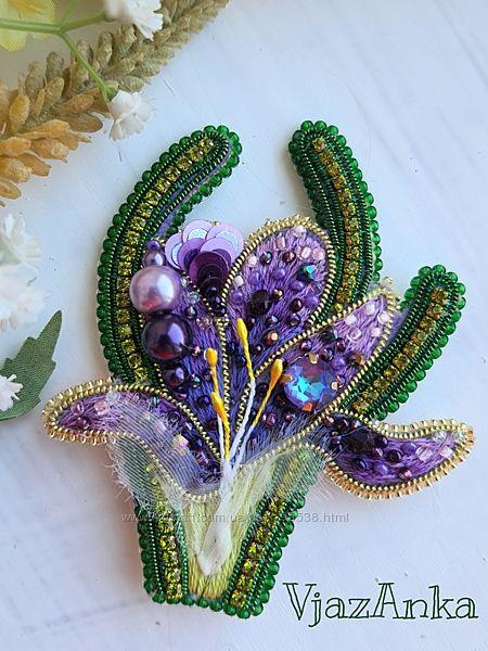 Фиолетовый крокус, брошь с бисером и стразами, авторская ручная работа