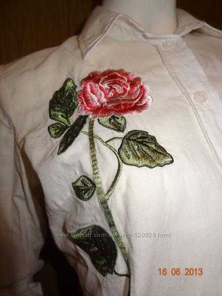 Белая блуза декорированная эксклюзивной вышивкой роза и павлин со стразами