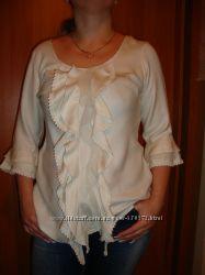 Блуза интересная  с нежными оборочками.