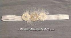 Белая повязка для волос с перышком