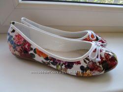 Симпатичные лакированные балетки в цветочки. Размер 37