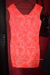 Яркое платье приталеного силуэта