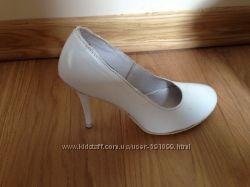 Свадебные белые красивые туфли