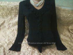 красивая черная трикотажная блузка с жабо