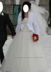 Красивое свадебное платье и шубка