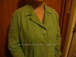 Пиджак из мягкой зеленой замши.