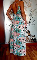 Яркое пляжное платье с открытой спиной в цветочный принт