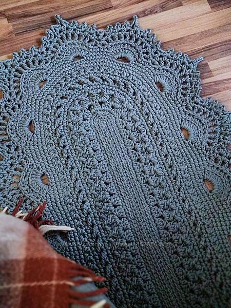 Серый вязаный коврик
