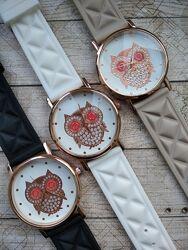 Большой выбор часов, часы с совами разных цветов и типов ремешков.