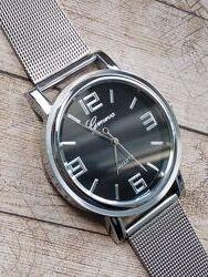 4 модели. Часы с черным циферблатом на миланском браслете.