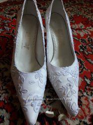 Белые свадебные туфли с паетками и бусинками
