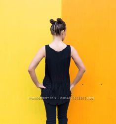 Ніжна блузка, видовжена позаду, декорована драпіруванням на спині