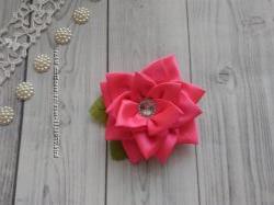 Заколка или резинка с атласной розы.