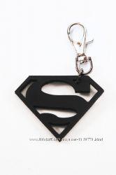 Кожаный брелок на карабине в форме эмблемы Superman от мастерской  Wild