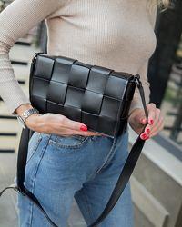 Плетеная черная сумка в стиле bottega плетеный клатч черный через плечо