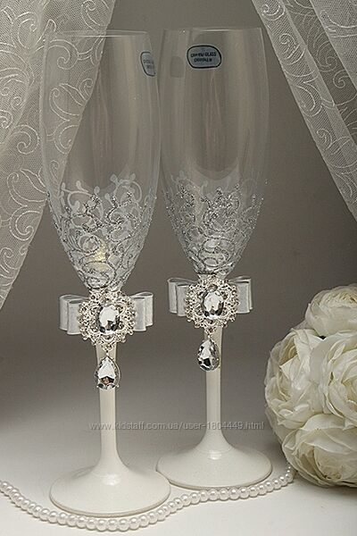 Свадебные бокалы яркие  разные цвета