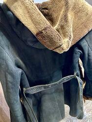 Женская дубленка с мехом темно-синего цвета с капюшоном