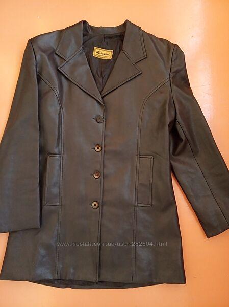 Жіноча класична куртка під шкіру
